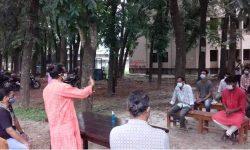 শিক্ষা প্রতিষ্ঠান খোলার দাবিতে প্রতীকী ক্লাস রাবি'র গাছতলায়